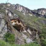 Самый необычный отель Колумбии висит на отвесной скале